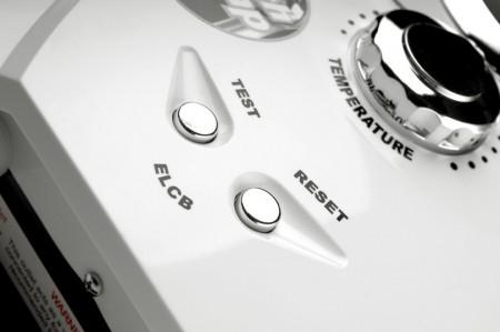 ระบบ ELCB สามารถป้องกันไฟช็อตหรือไฟดูดได้ดี จึงช่วยเพิ่มความปลอดภัยให้กับผู้ใช้ได้มากทีเดียว ซึ่งส่วนใหญ่แล้ว เครื่องทำน้ำอุ่น/เครื่องทำน้ำร้อนจะมีระบบ ELCB ที่จะตัดไฟเมื่อเกิดไฟช็อตไม่เกิน 30 mA เพราะเป็นระดับไฟฟ้าที่ยังไม่เป็นอันตรายกับผู้ที่โดนช็อตมากนัก นอกจากนี้บางยี่ห้อก็อาจจะมีระบบตัดไฟที่ 20 mA , 15 mA , หรือ 10 mA ซึ่งก็จะเพิ่มความปลอดภัยมากขึ้นไปอีก