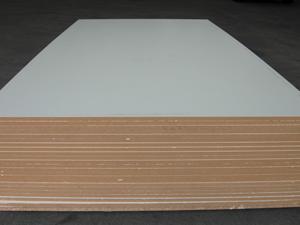ไม้เอ็มดีเอฟ หรือ Medium-density fibreboard เป็นไม้ที่กรุด้วยแผ่นวีเนี่ยร์ เพื่อให้เกิดเป็นลายต่างๆ ไม้เอ็มดีเอฟมีความหนาแน่นสูงกว่า และเกิดโพรงอากาศน้อยกว่าไม้พาร์ติเคิลบอร์ด ไม้เอ็มดีเอฟมีความสวยงาม เนื้อเนียน จึงเหมาะกับเฟอร์นิเจอร์ในห้องครัว