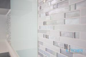 7.ผนังกันคราบน้ำ การเพิ่มลูกเล่นด้วยการมิ๊กซ์แอนด์แมตช์ระหว่างโมเสคแก้วกับกระจกเทมเปอร์ก็ทำให้ห้องครัวดูไม่น่าเบื่อ