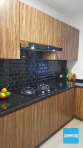 การเปิดโล่งของด้านบนตู้ลอยชุดครัวบิ้วท์อินจะทำให้ห้องครัวดูโปร่งโล่ง สบายตา ดูไม่อึดอัดและพื้นที่ใช้สอยภายในตู้ก็ยังมีเท่าเดิม